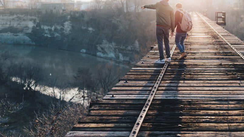 chłopak wskazujący coś - poszerz horyzonty, czyli ciekawe filmy