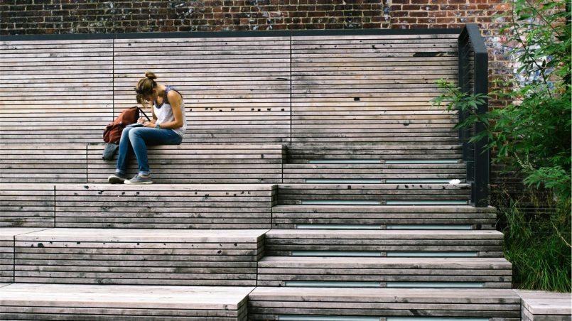 ławkowe mądrości, czyli o czym myśli student - studentka na ławce