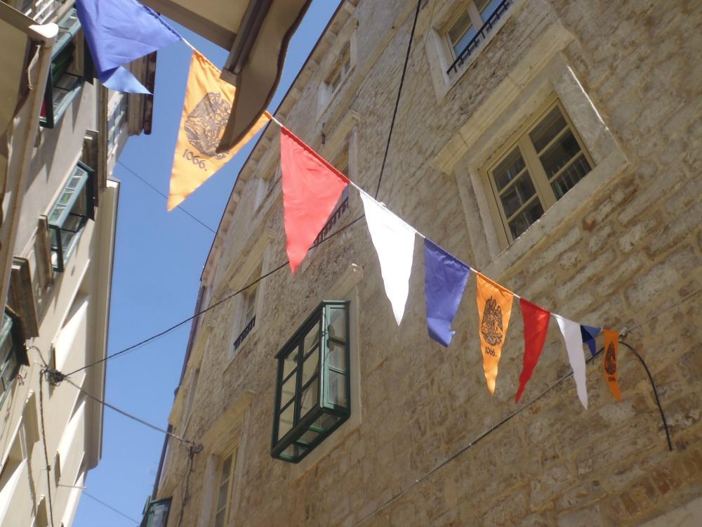 Szybenik w Chorwacji - urokliwe uliczki i chorągiewki