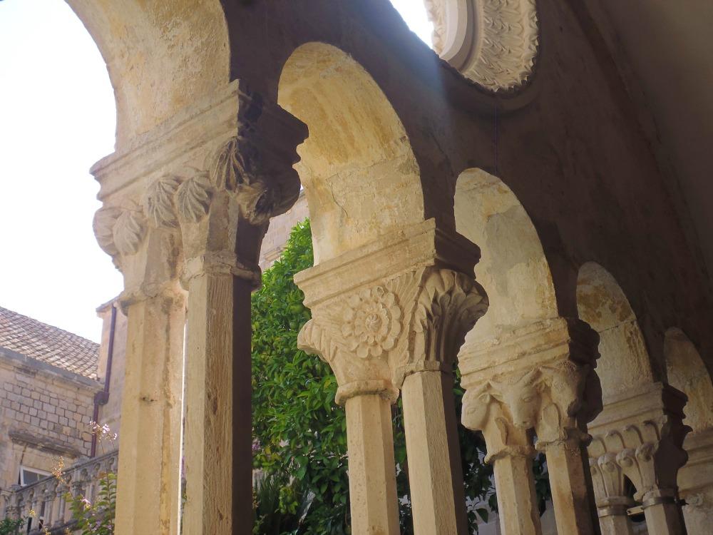 szczegółowe, rzeźbione kolumny Dubrownika w Chorwacji
