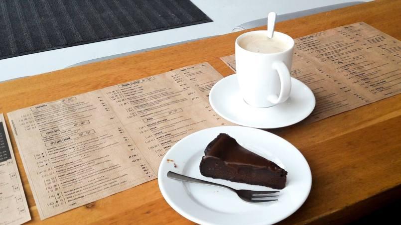 czekoladowe brownie z karmelem i kawa w Forum Przestrzenne w Krakowie - uczę się lubić Kraków