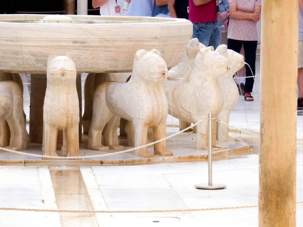 lwy na dziedzińcu Alhambry -Hiszpania w zdjęciach