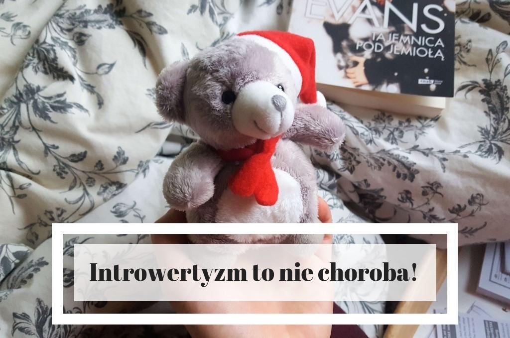 Introwertyzm to nie choroba ani fobia społeczna ani nieśmiałość - grafika z misiem