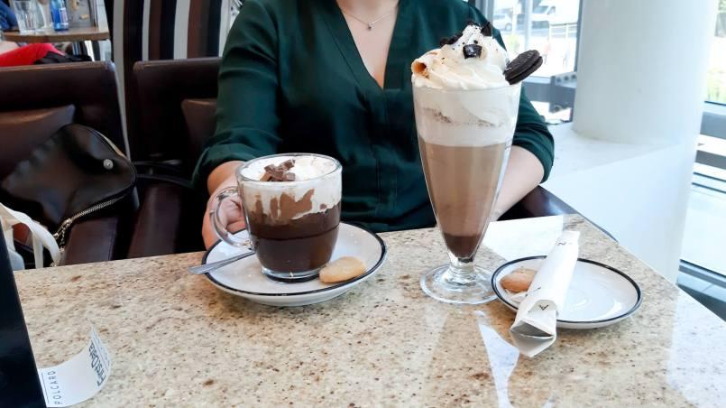 problemy introwertyków - zdjęcie czekolady na gorąco i latte