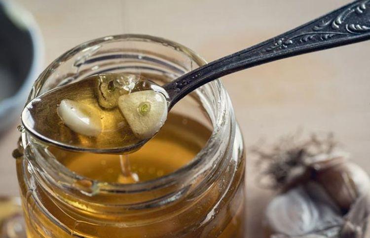 Целительные свойства меда и чеснока: 2 рецепта снадобья для выведения ядов и поднятия тонуса