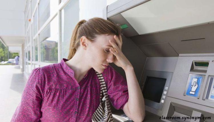 Чтобы извлечь банковскую карту, которую «проглотил» банкомат, нужно задействовать клавишу «Отмена»: трюк от сотрудника банка
