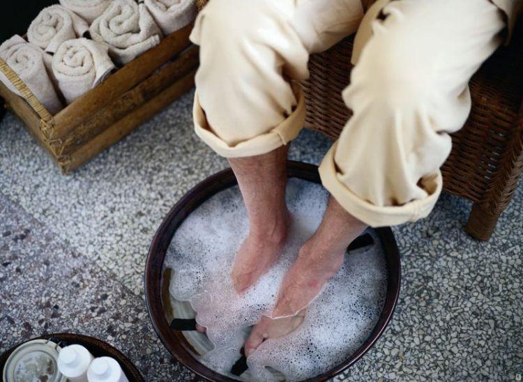 Если подержать ноги в горячем растворе хозяйственного мыла с йодом — хворь уйдет и сменится спокойным сном