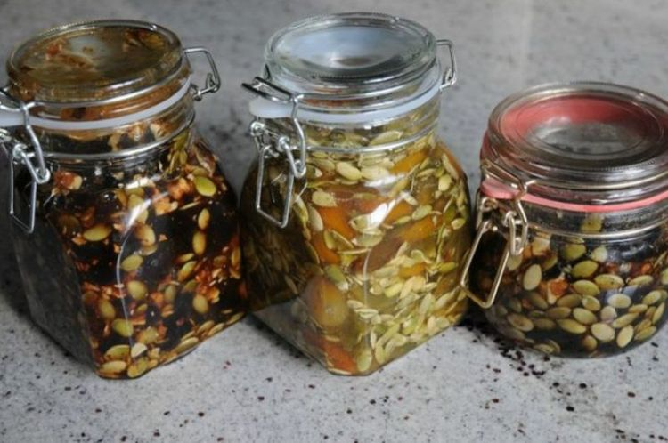 В борьбе с простатитом пригодятся тыквенные семечки и мед