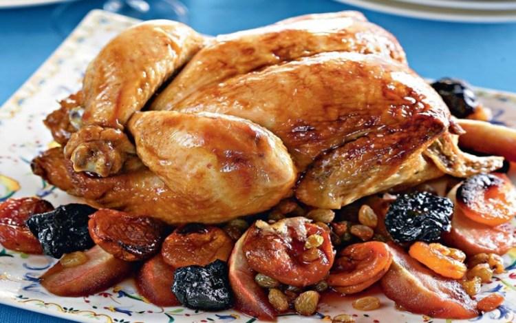 Праздничная курица с сухофруктами: в новогоднюю ночь возьмет в заложники каждого за столом