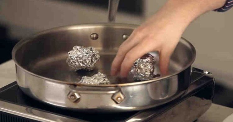 Обычная сковорода и фольга для запекания могут заменить дорогую пароварку