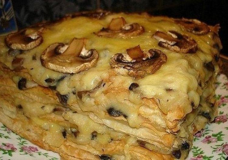 """Соленый горячий торт """"Наполеон"""": необычное блюдо, чтобы потекли слюнки еще на кухне"""