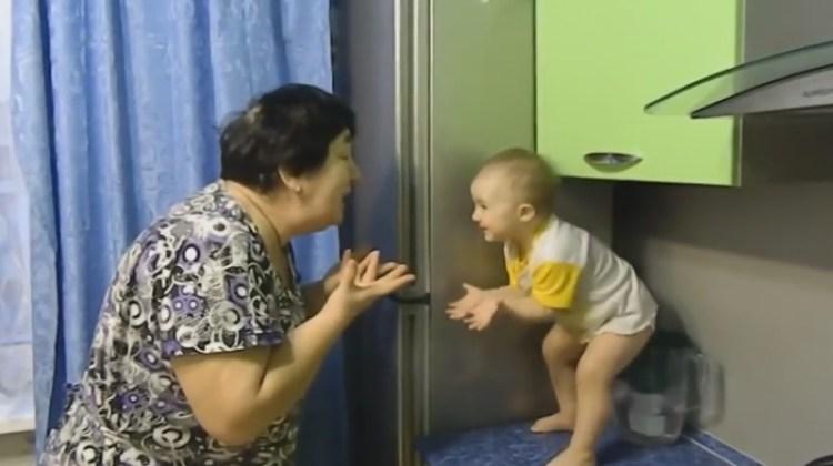Возраст не помеха: милый разговор маленькой девочки с бабушкой растопит сердце каждого