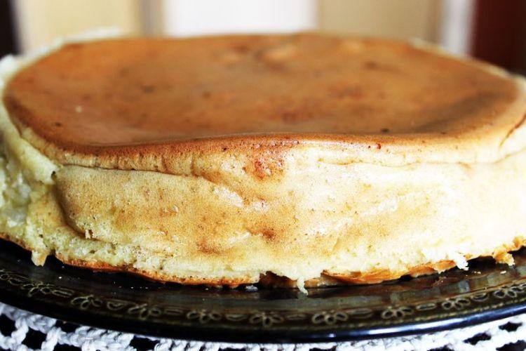 Шарлотка с капустой - немножко странное сочетание, ведь все привыкли готовить шарлотку с яблоками. С другой стороны, ну кто не любит капусту, особенно в пирогах? Вот и мы подумали, и решили поделиться с вами рецептом шарлотки с капустой.