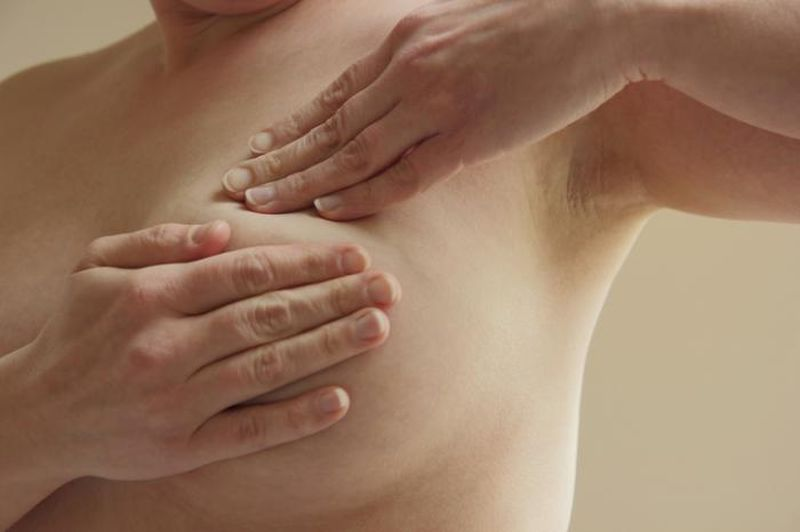 Визуальный и физический осмотр молочных желез стоя