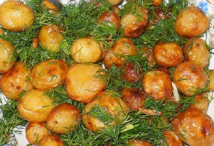 Жареный картофель с зеленью