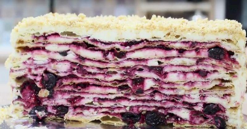 Бисквитный торт с кремом из сметаны и ягодным пюре: 10 невероятно нежных и вкусных кусочков