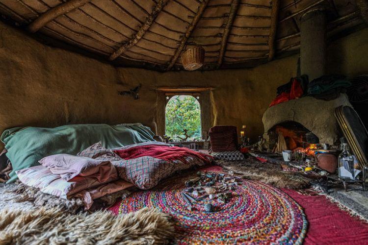 Женщина построила крошечный земляной домик, чтобы жить рядом с природой в валлийских лесах