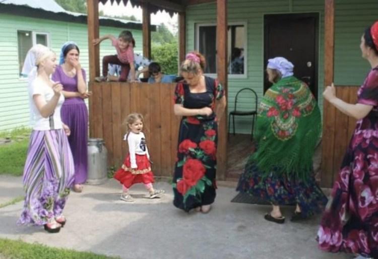 Родная мать отдала 5-летнюю дочь в цыганский табор – и вот что с ней стало через 20 лет