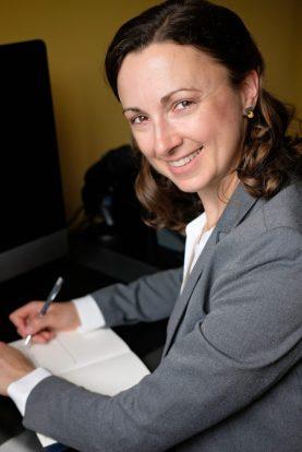 Headshot of freelance copywriter, editor, and German-to-English translator Lori Straus