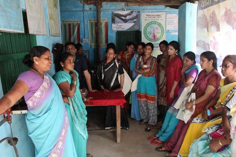 Women in saris discuss