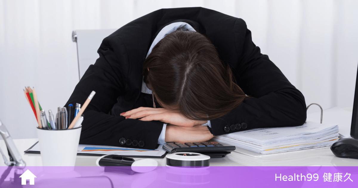 「午睡」趴桌上睡,容易造成這身體「4種傷害」!午睡多久最適合?
