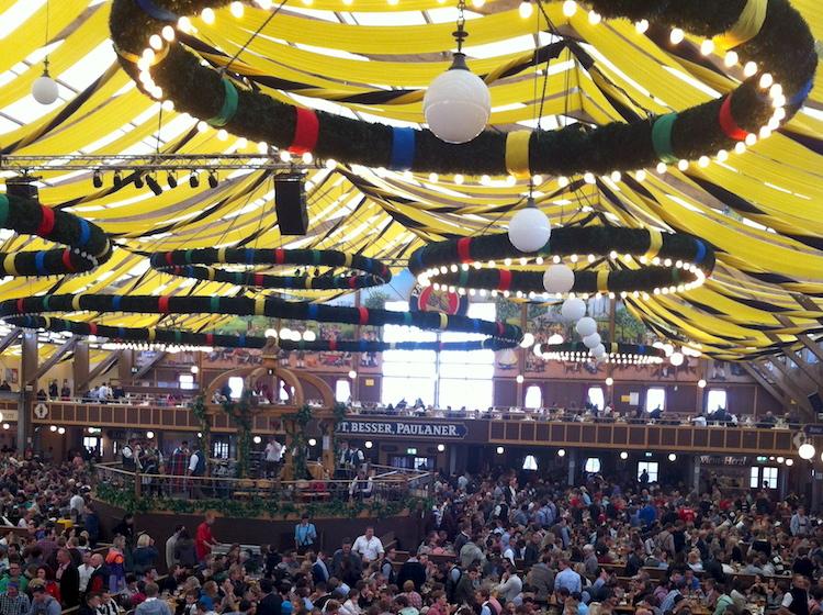 Oktoberfest 6 Sicherheitstipps fuers Tanzen auf der Bierbank