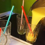 Silvester-Drink heiß in Gläser füllen