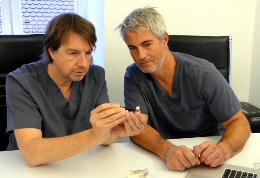 Dr. Cacaci (links) ist Spezialist für Parodontose, Implantate und Zahnfleischentzündung healthandthecity.de