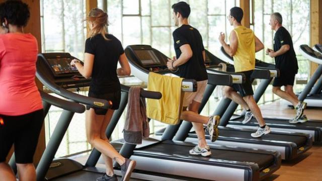 जिम में घंटों पसीना बहाने से पहले जान लें आपको कितनी देर व्यायाम करना चाहिए