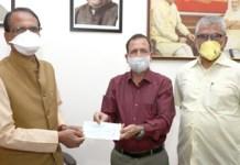 मुख्यमंत्री को सहायता कोष के लिये एक लाख का चैक भेंट