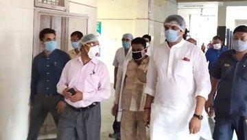 बंडा सड़क दुर्घटना में घायल प्रवासी श्रमिकों को देखने पहुँचे मंत्री श्री राजपूत