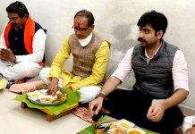 मुख्यमंत्री श्री चौहान ने देवास में निखिल सरकार के घर किया भोजन