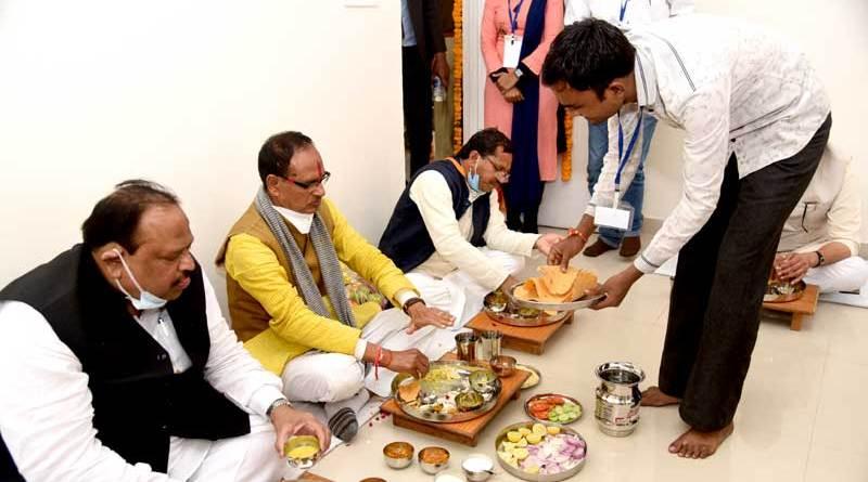 मुख्यमंत्री श्री चौहान ने रतलाम में हितग्राही को गृह प्रवेश कराया और भोजन भी किया