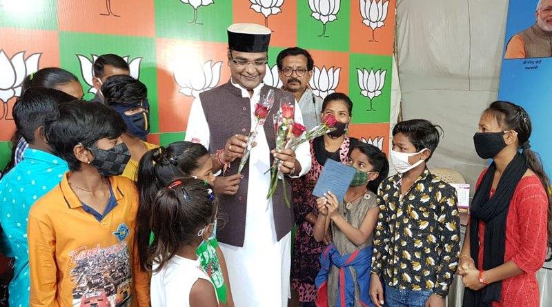 आँख का इलाज होने पर मंत्री का धन्यवाद देने पहुँचे बच्चे