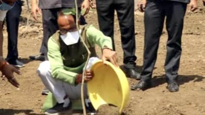 मुख्यमंत्री श्री चौहान ने आज स्मार्ट उद्यान में करंज का पौधा रोपा