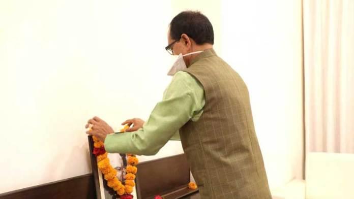 मुख्यमंत्री श्री चौहान ने किया पंडित माखनलाल चतुर्वेदी को नमन