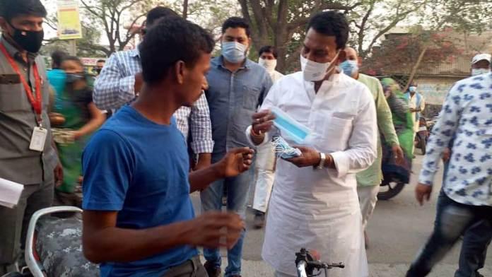 मंत्री श्री तुलसी सिलावट ने कोरोना वालंटियर बन आम जनता में बाँटे मास्क