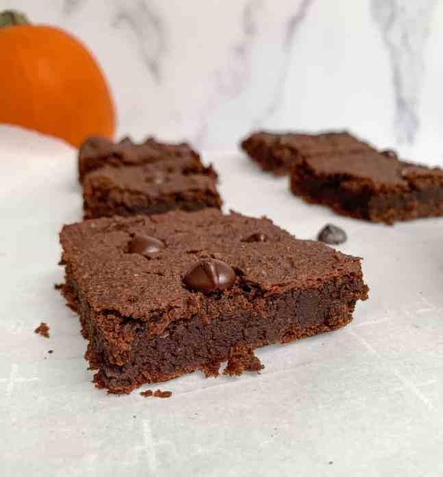 vegan pumpkin spice brownies (vegan & protein packed)