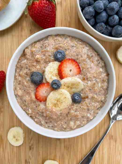 Cinnamon banana chia protein oats! Great healthy breakfast by Healthful Blondie.