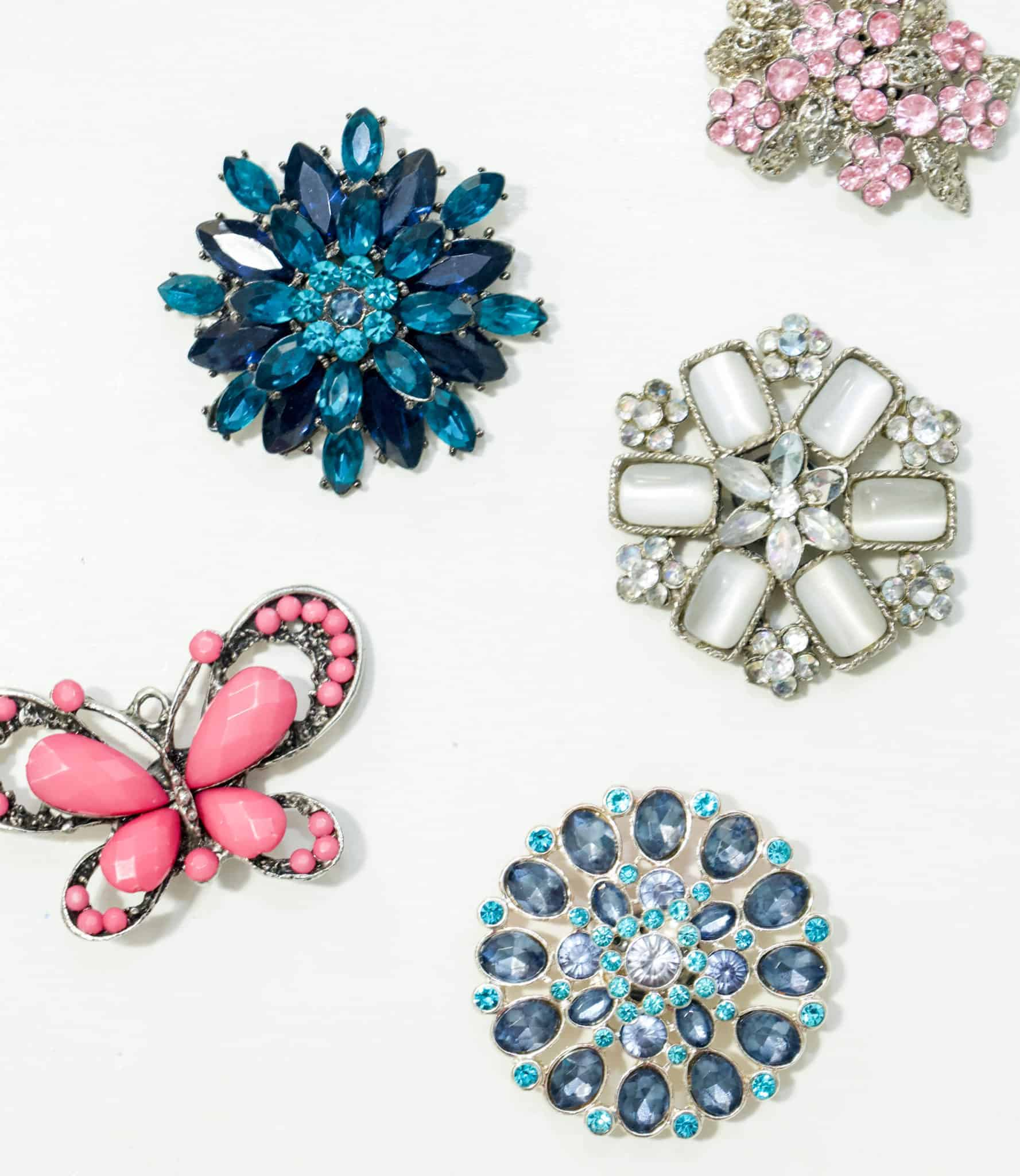 Do you have a bunch of old brooches laying around taking up space? Follow the incredibly simple tutorial to turn them into gorgeous magnets.