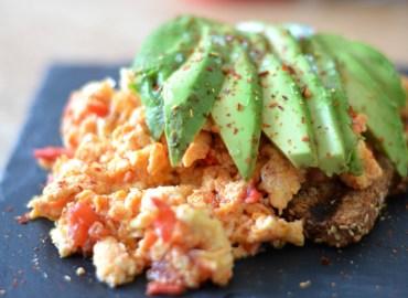 toast met scrambled eggs en avocado