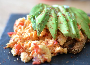 toast met scrambled eggs en avocado