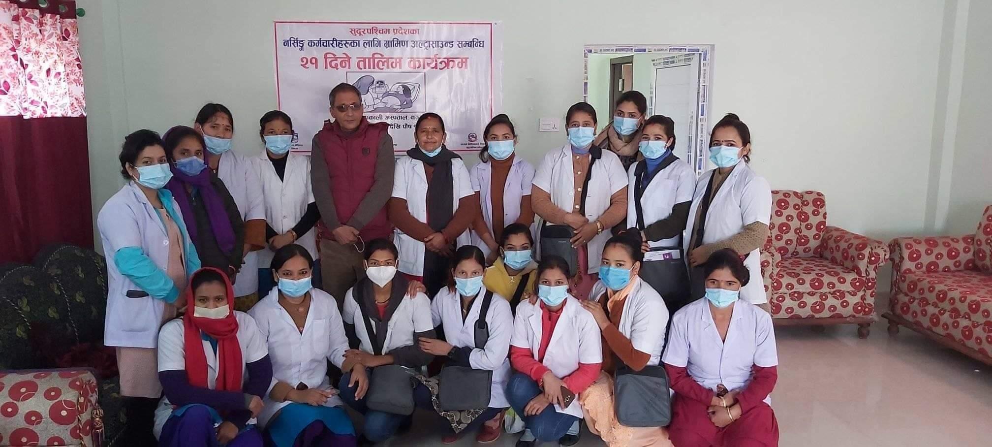 सुदुरपश्चिम प्रदेशका स्वास्थ्य निर्देशक डा.गुण राज अवस्थी मनोबल बढाउन सहभागी हरुको साथमा