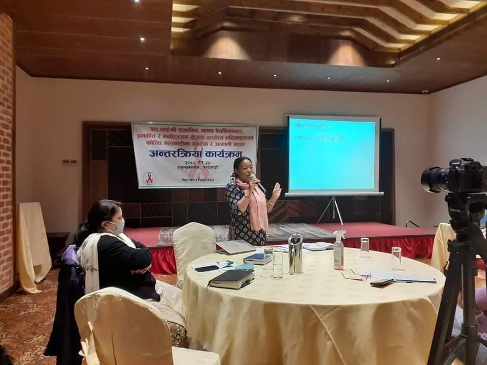 शक्ति मिलन समाजकि कार्यकारी निर्देशक नातिसरा राई कार्यक्रमको प्रस्तुतीकरण गर्दै