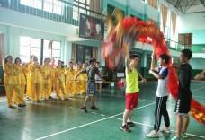 6月29日,西苏格兰大学的同学们在南华大学体育馆观看南华大学龙狮队的舞龙舞狮表演 (1)