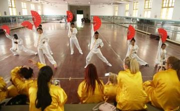 6月30日,西苏格兰大学的同学们在南华大学体操房观看南华大学国际学院的留学生们表演功夫扇。