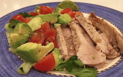Sabroso atún chamuscado con salsa de aguacate, pepino y jengibre