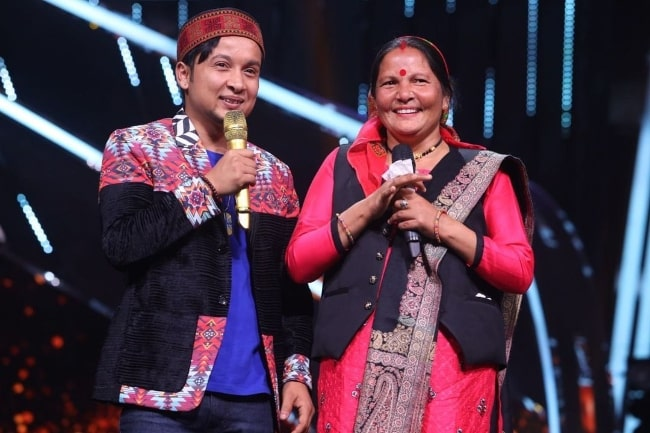 Pawandeep Rajan with his mother on the stage of 'Indian Idol'