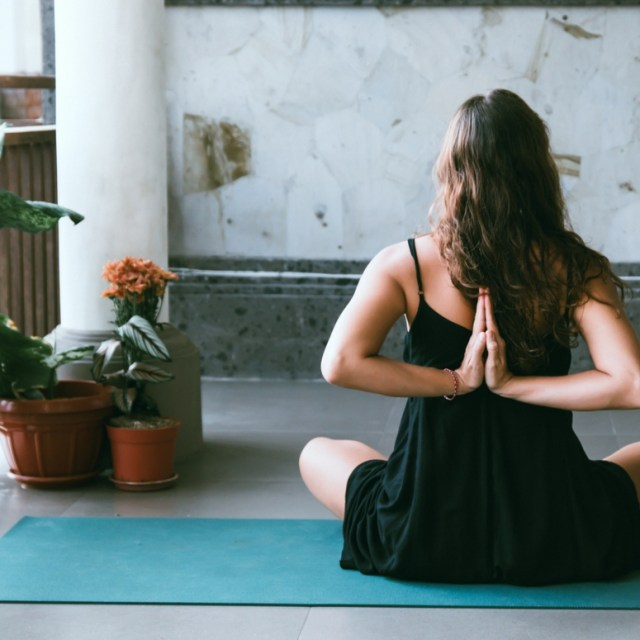 How to choose the right beginner yoga class for you