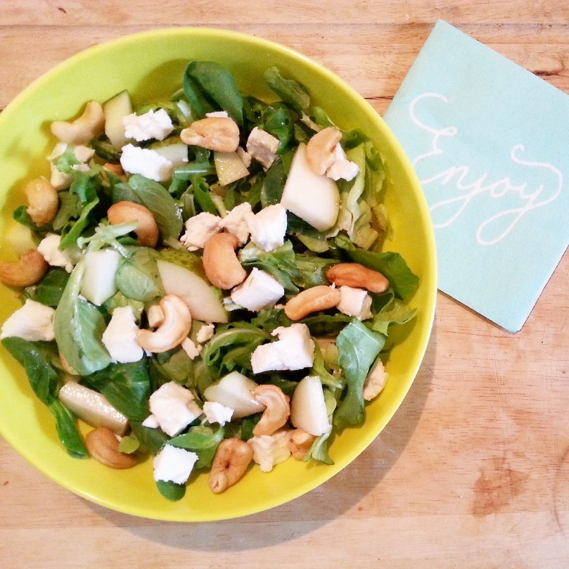 Friszoete salade met geitenkaas, peer en cashews 1